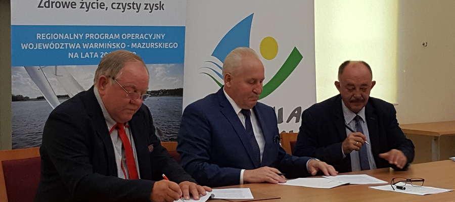 Moment podpisania umowy: od lewej: Mieczysław Czajkowski – właściciel firmy, Gustaw Marek Brzezin – marszałek województwa oraz  wicemarszałek Miron Sycz