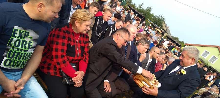 Gospodarz dożynek starosta lidzbarski Jan Harhaj podzielił symbolicznie chleb