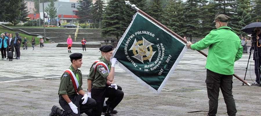 Moment przekazania sztandaru Hufca ZHP w Bartoszycach pierwszemu pocztowi sztandarowemu.