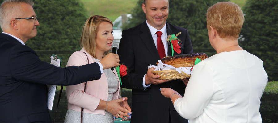 Iwona Cieślak z Długiej oraz Waldemar Sarna z Lipicy, starostowie tegorocznych dożynek, przekazują tradycyjny chleb dożynkowy Irenie Wołosiuk, burmistrzowi Sępopola