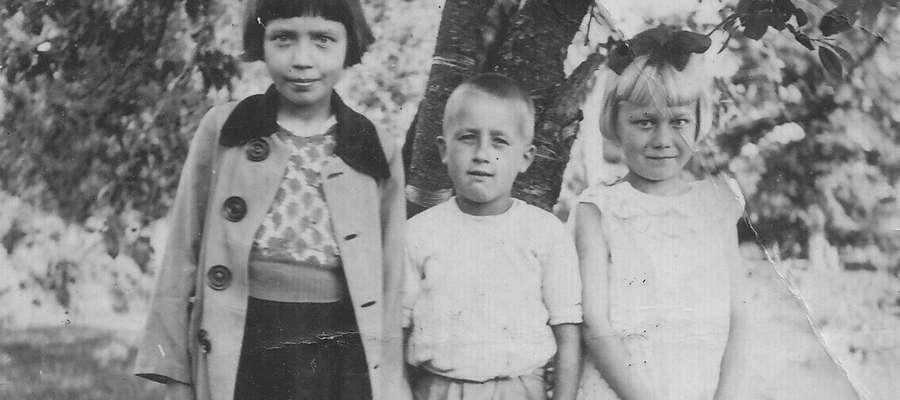 Mała Krysia (na zdj. z prawej) wraz z dziećmi z sąsiedztwa 1943 rok.