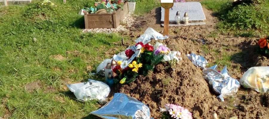Pan Henryk zmarł na początku września. Został pochowany, tak jak większość osób bezdomnych, w centralnej części cmentarza Dębica, przy jednej z głównych alei