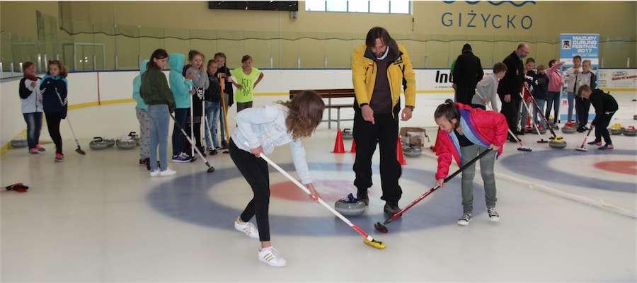 Curling na krytym lodowisku w Giżycku