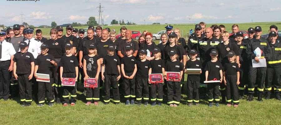 Dziecięca Drużyna OSP Łążyn wraz z innymi strażakami podczas tegorocznych zawodów strażackich w Prątnicy