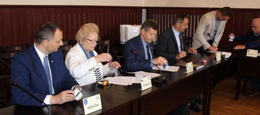 12 września w kętrzyńskim ratuszu spotkali się burmistrzowie dwunastu miast naszego regionu, w tym włodarze Giżycka, Lidzbarka Warmińskiego i Mrągowa. Kętrzyn reprezentował osobiście burmistrz Hećman.