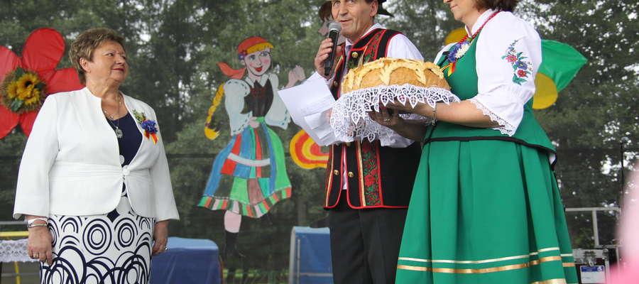 Wójt gminy Bartoszyce Jadwiga Gut (z lewej) oraz starostowie tegorocznych dożynek: Elżbieta Wrona ze Sporwin i Zygmunt Ołdakowski z Witek