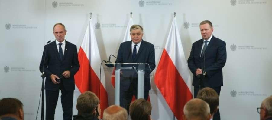 Od lewej:  Zbigniew Babalski (sekretarz stanu w Ministerstwie Rolnictwa i Rozwoju Wsi), minister Krzysztof Jurgiel, Witold Strobel (dyrektor generalny KOWR)