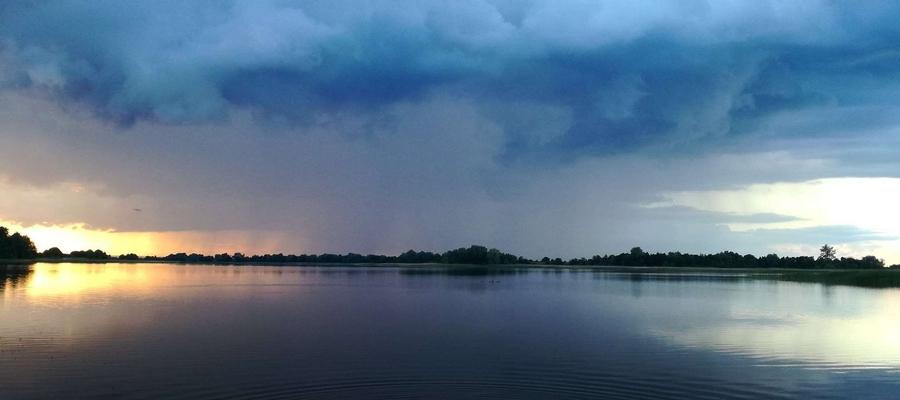 Przed, w trakcie i po burzy w jednym kadrze, nad jeziorem Kinkajmskim.