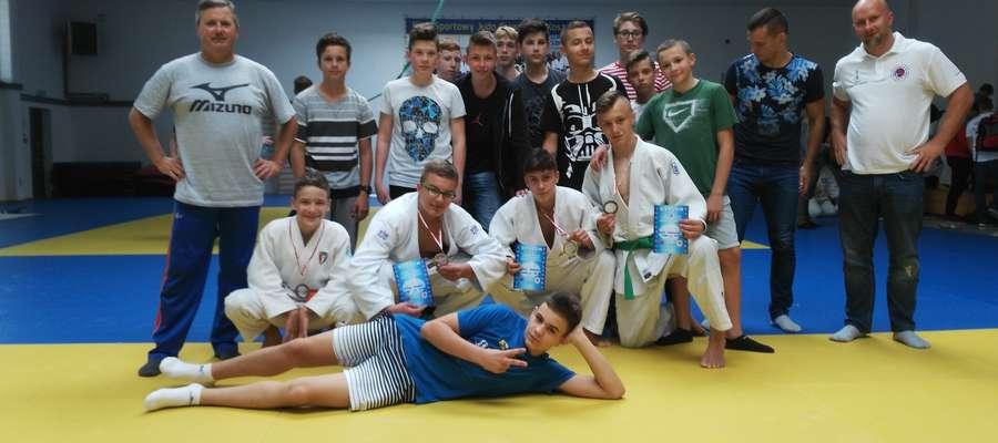 Reprezentacja Warmii i Mazur na międzywojewódzkie mistrzostwa młodzików przysporzyła prezesowi Andrzejowi Grudzińskiemu (stoi pierwszy z lewej) sporo radości