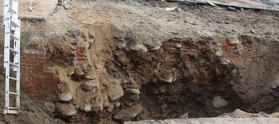 Pani archeolog twierdzi, że to nie są średniowieczne mury.