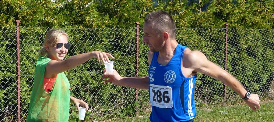 Wolontariusze to siła Iławskiego Półmaratonu — tu zdjęcie z trasy trzeciej edycji