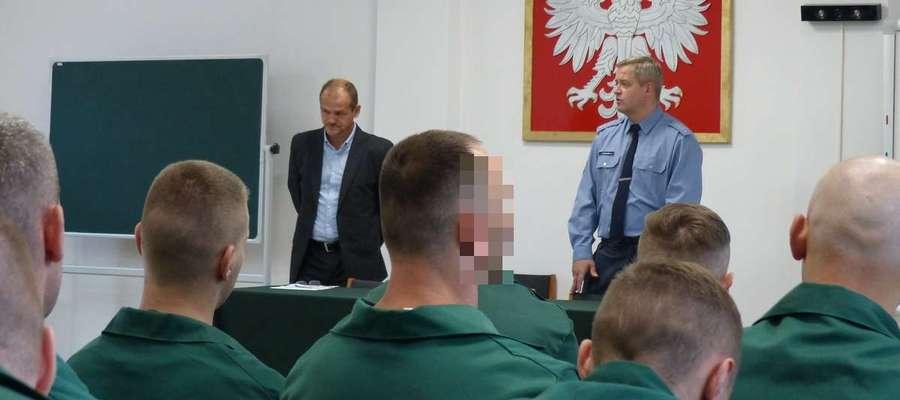 Dyrektor szkoły Janusz Lewandowski (z lewej) oraz zastępca dyrektora ZK Iława kpt. Piotr Rutkiewicz podczas rozpoczęcia roku szkolnego