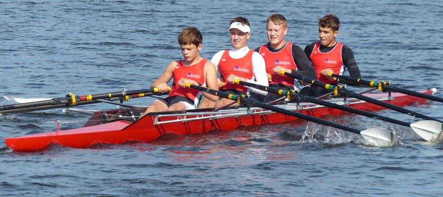 Czwórka podwójna chłopców z iławskiego Wiru w drodze na start