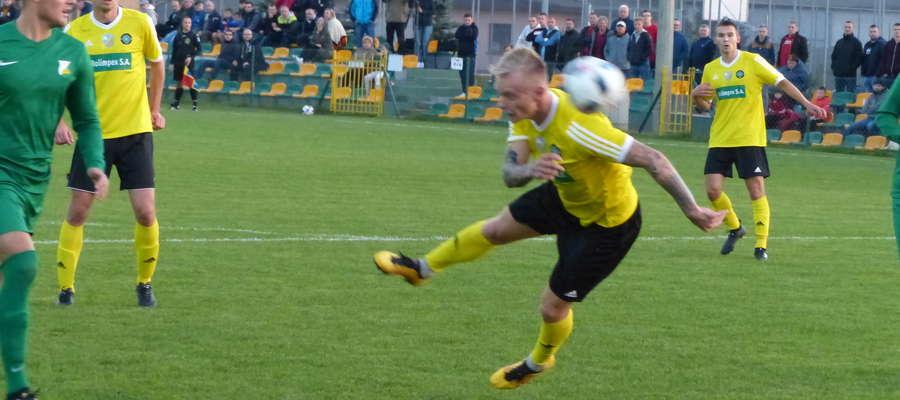 Za chwilę piłka po uderzeniu Pawła Kolcza (GKS) wpadnie do bramki Świtu (gol na 1:1)