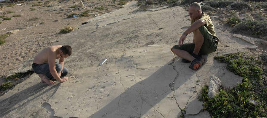 Od lewej: Grzegorz Niedźwiecki i Gerard Gerliński podczas pracy nad odciskami śladów naszych praprzodków, które odkrył na skałach