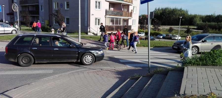 Niebezpieczne przejście dla pieszych przy skrzyżowaniu ulic Złotej i Stawigudzkiej z Bartąską.