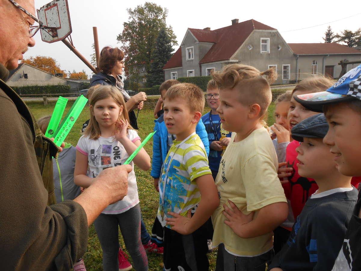 Leśniczy sprawił dzieciom niespodziankę
