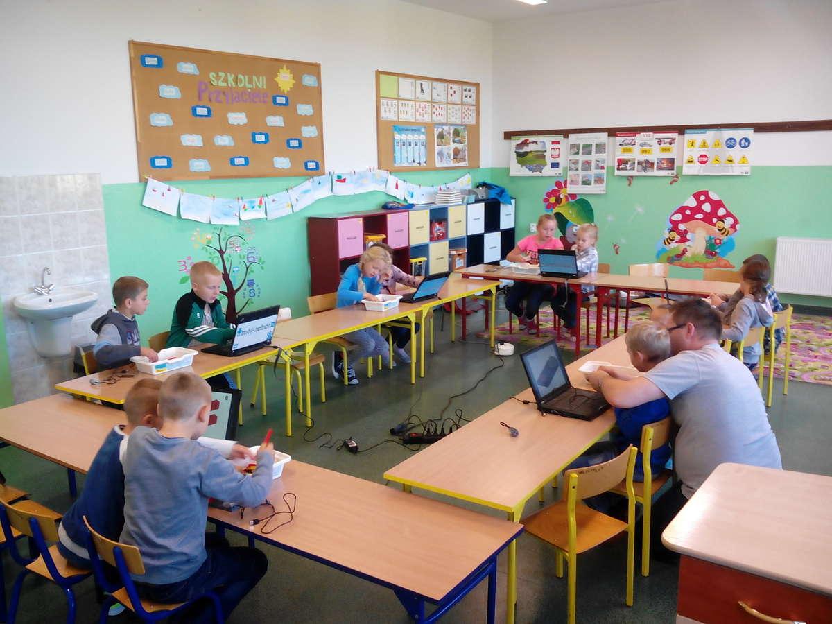 Uczniowie podczas zajęć z robotyki