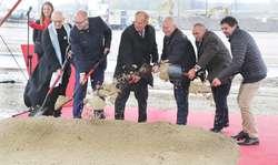To największa inwestycja w ostatnim czasie w naszym regionie. Za około miliard złotych pod Biskupcem powstaje fabryka płyt wiórowych austriackiej firmy Egger. Wbicie pierwszej łopaty pod inwestycję.