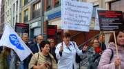 """Pikieta poparcia dla protestujących lekarzy-rezydentów. """"System zdrowia jest chory"""" [zdjęcia]"""