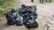 Sterty śmieci w prochowni. Młodzież posprzątała po wędkarzach