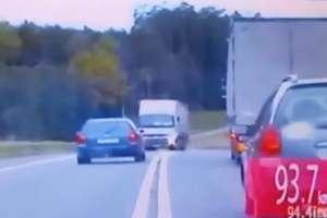 Cudem uniknął śmierci. 26- latek wyprzedzał na podwójnej ciągłej na DK16  [VIDEO]