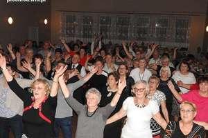 Seniorzy dobrze się bawili tańcząc zumbę