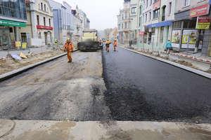 Koniec remontu ul. Pieniężnego coraz bliżej. Drogowcy już leją asfalt [ZDJĘCIA, WIDEO]