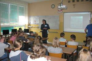 Bezpieczna sieć - policjanci odwiedzili szkołę