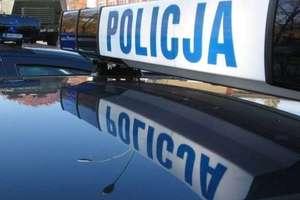 25-latek złamał sądowy zakaz prowadzenia pojazdów. Policjantom podał fałszywe dane chcąc uniknąć odpowiedzialności