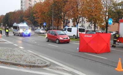 Wypadek na Nowowiejskiej. Potrącona przez auto kobieta zmarła w szpitalu [zdjęcia]