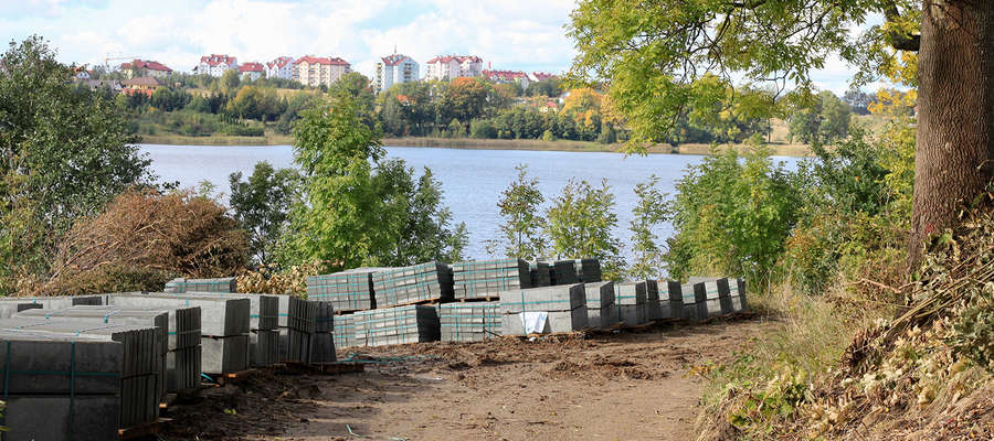 Jezioro Bartążek - trasa zmienia się z szutrowej w żwirową
