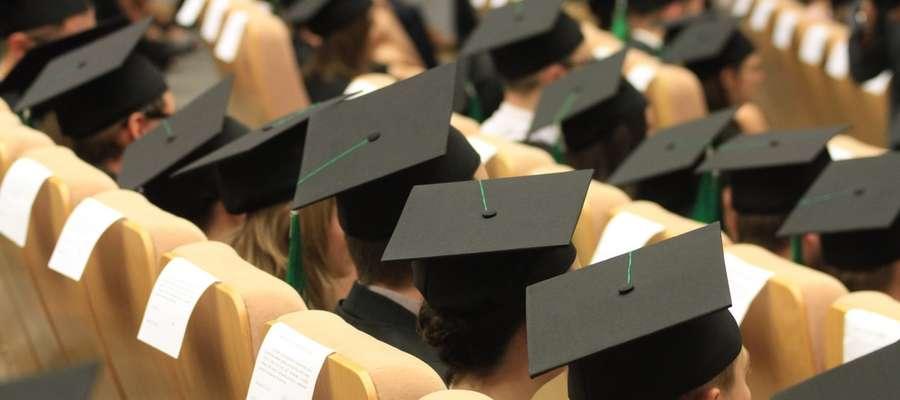 Kredyt udzielany jest na okres studiów, nie dłuższy niż 6 lat (w przypadku doktorantów maksymalnie o 4 lata dłużej), bank wypłaca go w ratach miesięcznych, nie dłużej niż przez 10 miesięcy w roku akademickim