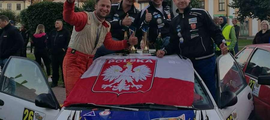 Mistrzowie Łotwy rallysprintów: Adam Binięda (z lewej) i Sebastian Chrzanowski (z prawej)