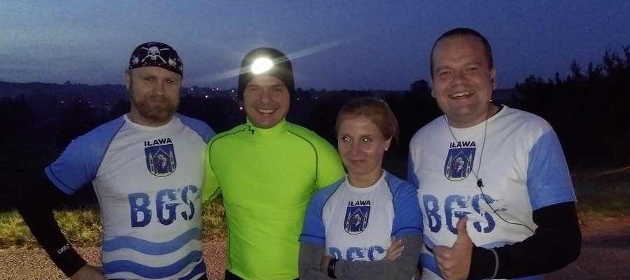 Biegacze Gorszego Sortu z Iławy podczas zawodów w Kurzętniku, jak zwykle w barwach swojego miasta