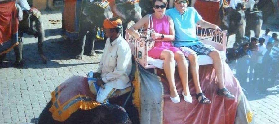 Autor Przewodnika po bieganiu Paweł Hofman z małżonką Jadwigą na słoniu
