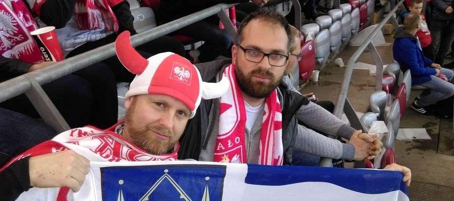 Michał Trzebiatowski (z lewej) i Mateusz Mianecki na meczu Polska — Czarnogóra, oczywiście w barwach narodowych i z flagą Iławy