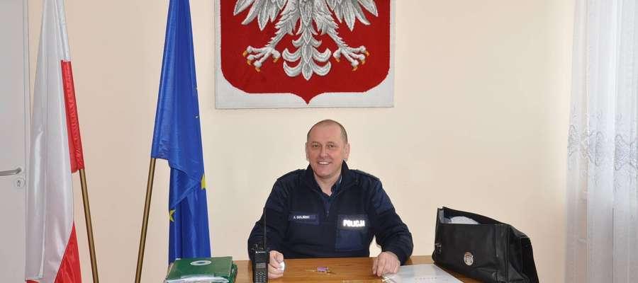 Dzielnicowy st. asp. Andrzej Goliński podczas otwarcia punktu przyjęcia interesantów w Pozezdrzu