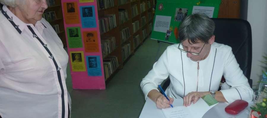 Jolanta Szwalbe z przyjemnością podpisywała swoje książki