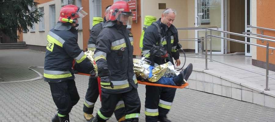 Scenariusz ćwiczeń zakładał również ewakuację rannych osób