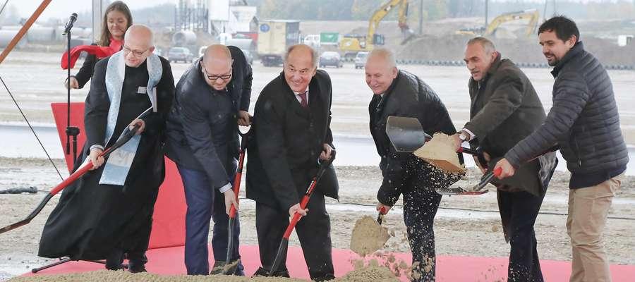 Egger Łopata  Biskupiec-To największa inwestycja w ostatnim czasie w naszym regionie. Za około miliard złotych pod Biskupcem powstanie fabryka płyt wiórowych austriackiej firmy Egger. Już dziś wbicie pierwszej łopaty pod inwestycję.