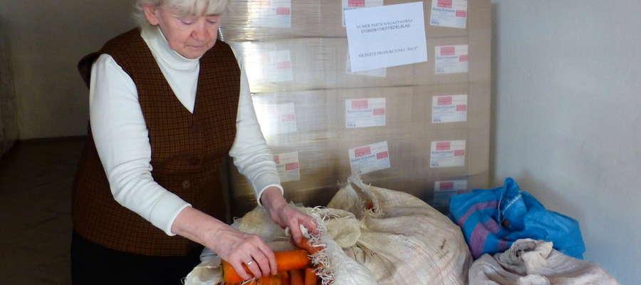 Teresa Bocheńska w magazynie Banku Żywności w Elblągu