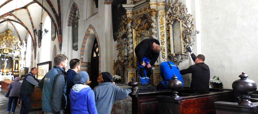 Demontaż jednego z ołtarzy bazyliki kolegiackiej