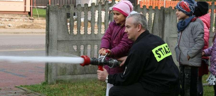 Uczniowie podczas wizyty u strażaków