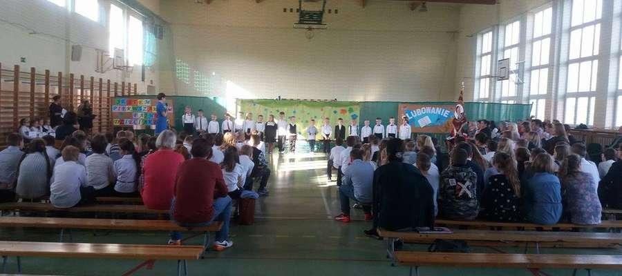 Podczas ślubowanie w Zespole Szkół w Bielicach