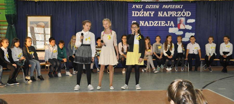 Uczniowie wystąpili podczas papieskiego apelu w SP 2