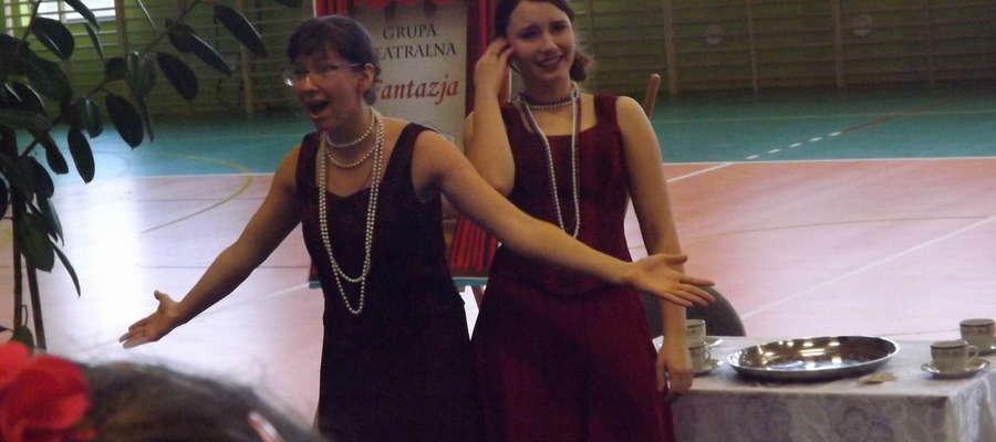 Aktorzy z ZSZ podczas spektaklu w szkole