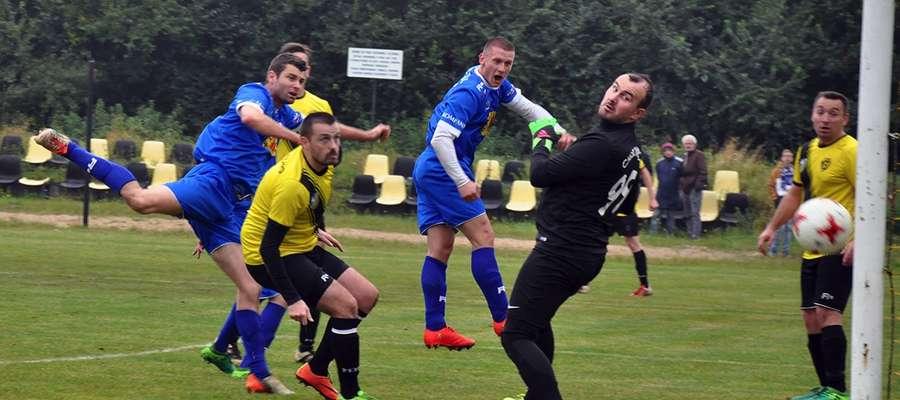 Gol na 1:0 dla Jezioraka — bramkarza Osy Karola Chodowca pokonał Krzysztof Kressin