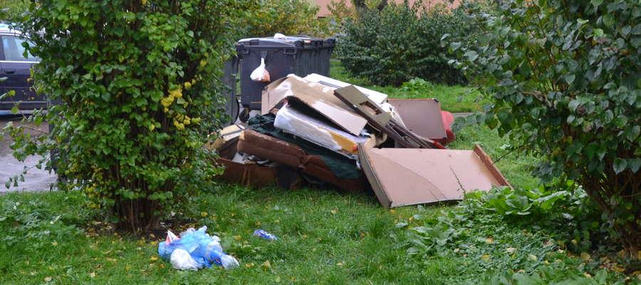 Na ulicy Rycerskiej odpady wielkogabarytowe od kilku dni gotowe są do odbioru