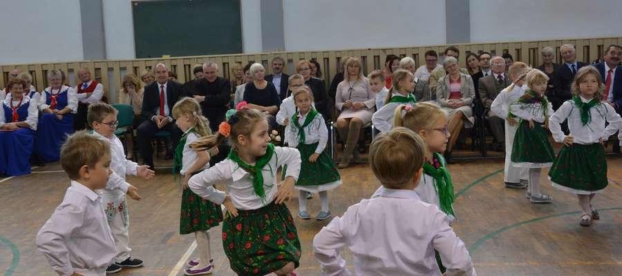 """Podczas akademii z okazji Dnia Edukacji Narodowej w I LO w Olecku wystąpiły dzieci z Przedszkola """"Jedyneczka"""""""